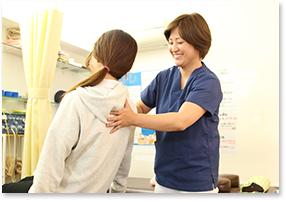 神戸市西区 笑み美容整体院の骨盤矯正施術風景